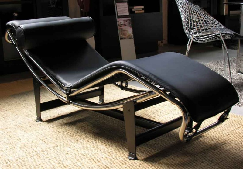 Lc4 black chaise lounge chair le corbusier for Chaise longue lc4 wikipedia